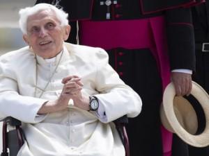 Ушедший в отставку папа римский вернулся в Ватикан