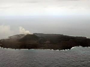 Новый остров растет, поднимаясь из океана