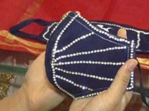 Маски с бриллиантами продают в Индии