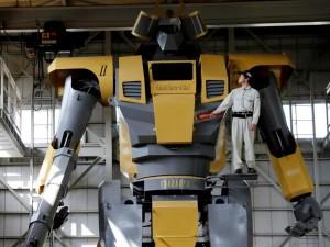 Первые шаги гигантского гуманоидного робота сняли на видео (видео)