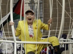 79-летняя Вивьен Вествуд потребовала свободы Ассанжу из птичьей клетки