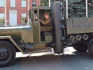 Это не шутка — грузовик на дровах. Экземпляры «уральского чуда» можно встретить до сих пор