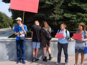 Красные карточки эко-активисты вынесли губернатору Текслеру, как и обещали