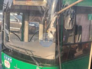 Штанга троллейбуса пробила окно автобуса в центре Челябинска
