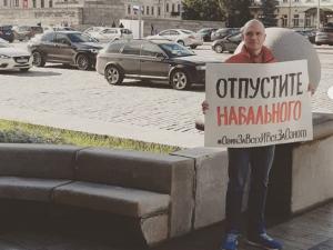 Отпустите Навального – координатор штаба Навального в Екатеринбурге вышел на пикет у здания мэрии