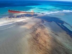 Режим ЧС ввели на Маврикии из-за разлива нефтепродуктов