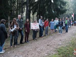 «Цепь покаяния»: жители Минска выстроились в цепочку от изолятора через весь город