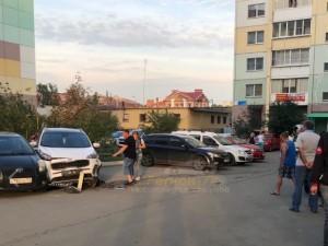 Пьяный водитель за рулем «Ситроена» протаранил шесть машин в челябинском дворе