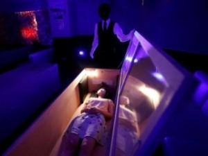 Гробы и зомби в Токио стали спасать людей от мыслей о коронавирусе