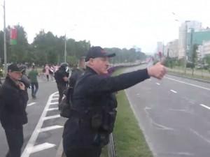 «Автомат, в кармане дуля, и ОМОН набился в роте»: Шнуров описал поведение Лукашенко в стихах