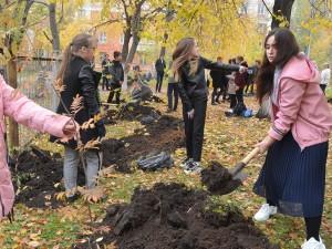 Челябинские школьники посадили молодые дубки в «Лесу Победы»