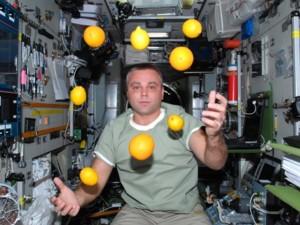 Полгода в космосе делают человека ловким, но близоруким