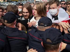 Студенты прорвали оцепление рядом со зданием КГБ в Минске
