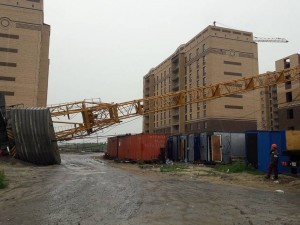 Два башенных крана обрушил ураган в Тюмени