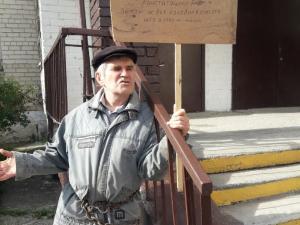 Пенсионер приковал себя цепью к избирательному участку в Миассе
