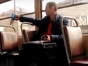 Силовики высадили мужчину без маски из трамвая в Екатеринбурге
