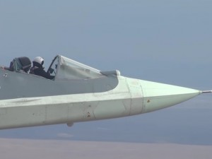 Необычный полёт на Су-57 с открытой кабиной пилота привлек внимание во всём мире (видео)