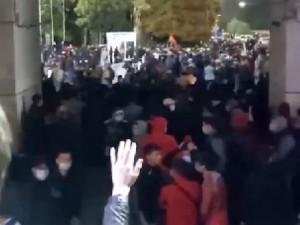 Протесты в Киргизии: тысячи людей штурмуют правительство в эти минуты