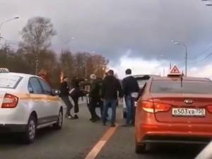 В Подмосковье таксисты устроили мордобой на дороге и попали на видео
