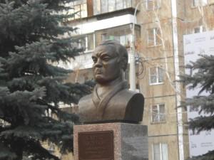 В Челябинске открыли бронзовый бюст Папе «Ю» -  Харису Юсупову