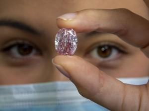 Пурпурно-розовый бриллиант поставил рекорд на аукционе