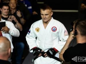 Челябинский боец Денис Лаврентьев одержал победу над американцем и стал чемпионом организации PaRus