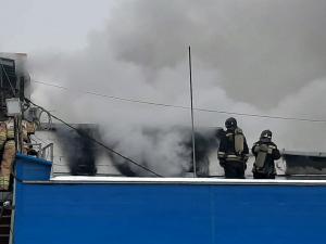 В Челябинске загорелось предприятие по производству пластиковых окон