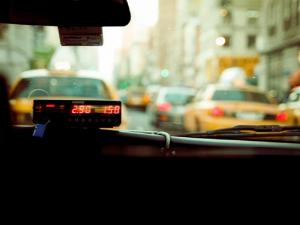 В Екатеринбурге таксист решил отгородиться от пассажиров куском шторы вместо положенного защитного экрана
