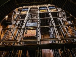 В Челябинске рухнул лифт, в нем были женщины и дети