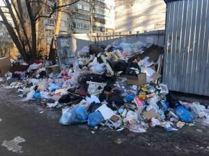 Челябинцы снова организовали стихийную свалку во дворе жилого дома