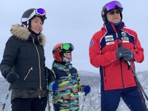 Губернатор Текслер катается с семьей на лыжах