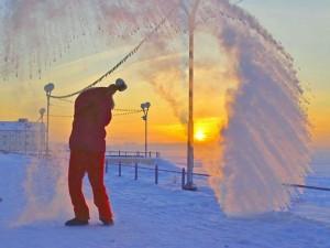 «Фокус» на морозе - выплеснуть кипяток и «поймать» его в кадр