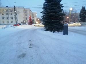 В центре Челябинска водители вынуждены выводить машины на тротуар