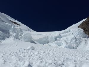 Снежная лавина сошла на горнолыжную трассу в Карачаево-Черкесии. Под снегом могут находиться до 12 человек