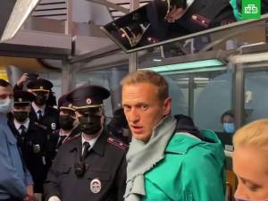 Навальный задержан в Шереметьево. Хотя по «делу «Ив Роше» его преследование должны были прекратить