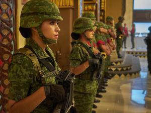 В армии США солдатам разрешат красить ногти и губы, носить серьги и стричь коротко волосы