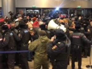 Из аэропорта «Внуково» силовики вытесняют собравшихся граждан