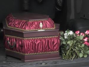 Женщина от отчаяния привезла гроб с телом матери к мэрии Екатеринбурга. Что произошло?