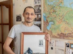 Фотографию из отдела полиции продали за два миллиона рублей. На ней омоновец на фоне портрета Путина