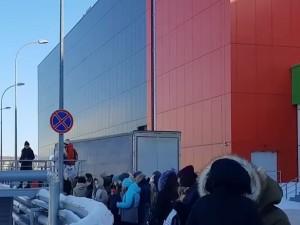 Массовая эвакуация людей из ТРК «Алмаз» в Челябинске: причины неясны