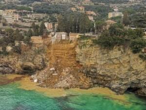 200 гробов упали в море в Италии