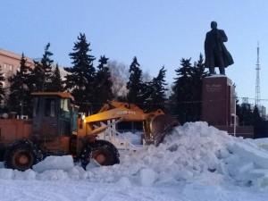 В ледовом городке в Челябинске работают мощные бульдозеры: конец «космическому Новому году»
