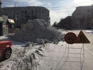 Снежный курган в центре Челябинска насыпали дорожники
