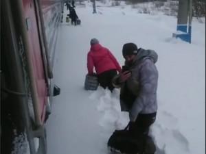 В сугробы по колено высадили пассажиров поезда Абакан - Москва