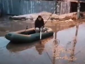 Челябинцы ловят рыбу в огромной луже