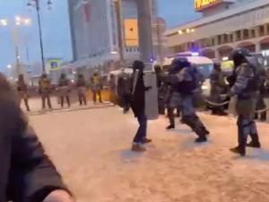 ОМОН на митинге 31 января инсценировал нападение мужчины с битой, подозревает «Новая газета»