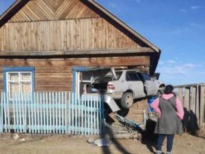 Автомобиль протаранил насквозь угол дома, где спал младенец