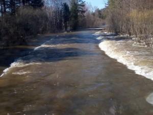 Из-за паводка закрыто движение в Катав-Ивановском районе и вход в нацпарк. Река Юрюзань вышла из берегов